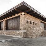 """""""Кастра Рубра""""Новата изба на Телиш е другото архитектурно бижу на Сакар. Името Кастра Рубра - Червена крепост, идва от откритата недалеч ранновизантийска крепост, която била убежище за хората, преминаващи по Големия диагонален път (Via Diagonalis – така се нарича и една от най-успешните серии вина на избата, създадена от френския енолог Мишел Ролан).Избата е изработена от камък и дърво в хармония с околната среда. Разполага с две приемни - дегустационна зала и стая за гости. В близост до винарната са и лозовите масиви.Екипът предлага разходка по пътя на виното и дегустации на подбрани вина.За повече информация: www.telish.bg"""