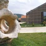"""""""Мидалидаре Естейт"""" е сред най-впечатляващите комплекси в България. Той се състои от две части, стара и нова, на километър една от друга. Те обработват гроздето от различни лозя и са архитектурно разнородни, но и двете се отличават с привлекателните и артистични интериори и екстериори, изпълнени със замах и въображение.Комплексът разполага и със спа хотел, който е разположен между двете изби.Дегустации са възможни както в новата, така и в старата изба след предварително обаждане. Тук трябва да отворим една скоба и да уточним, че повечето изби рядко предлагат най-хубавите си и скъпи вина при редовните дегустации, освен ако не заплатите стойността на цялата бутилка. В """"Мидалидаре"""" са решили този проблем с помощта на новите технологии - винен диспенсер, който съхранява отворените бултики дълго време. Така в избата посетителите могат да опитат и от най-скъпите вина.Корпоративни събития, специални вечери и т.н. също са добре дошли, партита могат да се правят както на открито, така и в самата изба.За повече информация: www.midalidare.bg"""