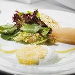 ТРЕТО ПРЕДЯСТИЕКрушови текстуриВариации на сирене Манчего с крушови текстури, зелени салатки и винегрет с масло от розмаринСервирано с Vina Laroche - El Chaparro Pinot Noir 2013, ChileОписание:Сиренето се превръща в пяна с помощта на една сравнително нова техника - поставяне в сифон. Следващото му състояние е паста, а накрая - чипс, който изглежда като дантела. Крушата се желира чрез сферификация. Така в чинията се появяват малки топчици с текстура, подобна на желе, но с течен център с много ароматен сок.Другото състояние, в което преминава крушата е от фин гел в малки ароматни спагети.За да се свържат ароматите на сиренето и крушите в пълна хармония, приготвя се инфузия от розмарин – зехтин с аромат на розмарин, подсилен от още местни подправки.Шеф-готвач Анри Донно (главен шеф-инструктор в HRC Culinary Academy)