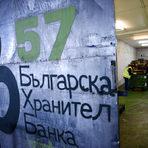 """Зад тази врата се случва тихата, но важна битка за намаляването на глада в България. Тук в склада на Българската хранителна банка насред тържището """"Слатина - Булгарплод"""" доброволци събират и """"спасяват"""" храна всекидневно, за да може тя да достигне до крайно нуждаещи се хора. Българската хранителна банка (БХБ) е неправителствена организация с мисия да ограничи разхищаването на годна за консумация храна в България, като я събира, съхранява и се грижи тя да достига до уязвими групи от обществото.Тази седмица БХБ за първи път предостави """"спасени"""" продукти от своя резерв за приготвянето на вечеря за публични фигури, представители на търговски вериги, производители и ХоРеКа бизнеси, за да ги ангажира в разговор как да намалим изхвърлянето на храна и как всеки може да допринесе за разрешаването на този проблем - отделният човек, различни общности, големият бизнес. Вечерята със спасени храни на БХБ е част от проекта на фондация """"Credo Bonum"""" """"Храна за размисъл"""" - серия от събития, които се провеждат на различни места в София през октомври и ноември с фокус върху храната и как тя е ключ към отношението ни към проблемите и противоречията в обществото."""