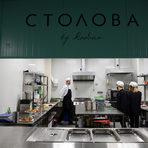 """Домакин на вечерята със спасени храни от Българската хранителна банка беше """"Столова""""-та на десертите Roobar. Доскоро достъпна единствено за служители на компанията, """"Столова"""" за първи път отвори врати за публика отвън. Родена от философията за стойността на домашно приготвената храна на създателите на Roobar Анита и Калин Класанови, """"Столова"""" всеки ден приготвя разнообразна веган храна с био съставки и се опитва да си набавя сезонни и локални продукти от ферми в България. Храната им вече може да се поръчва за обяд за офиса или вкъщи чрез платформата за доставки Food Panda."""