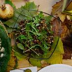 Лещата е приготвена като студена салата с листа от рукола, червен лук, маслини каламата и букет от източни подправки.