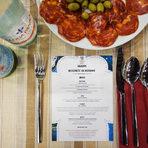 """Вечерята """"Вкусовете на Испания"""" бе любезно домакинствана от демонстрационния ресторант ShowHow на нашите партньори от """"Томеко"""". И както повелява испанската традиция гостите бяха посрещнати с плата с чоризо и маслини и вкусния квасен хляб на """"Хлебар""""."""