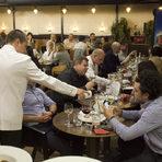 """Едно така богато ястие заслужва и също толкова богато вино. Отново благодарение на """"Бибендум"""" можехме да се насладим на Vinea Crianza на изба Finca Museum от Сигалес, регион между Риоха и Рибера дел Дуеро. Разбира се, става дума за сорта темпранийо, отгледан в много специални лозя, разположени в изключително каменистите почви на древно пресъхнало корито на река. Както изисква категорията Crianza, виното е лежало поне 6 месеца в дъб и още 1 година в бутилка и е развило много комплексни аромати, елегантна структура и меки танини, без да е загубило и чаровния си плодов профил."""