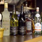 """Към салатата табуле беше поднесено бяло вино Selection narince&emir 2011. Сортът narince е от Северен Анадол, а emir от южната част, като и двата са турски, разказа Дора Генова, представител на вносителя на виното """"Геслин"""".Заедно с алкохолните напитки и вечерята за по-добро усещане на вкуса се погрижиха дегустационните води Acqua Panna и San Pellegrino, предоставени от """"Авенди""""."""