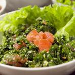 """Тайните на едно табулеНачалото на вечерята е с широко познатата и у нас салата табуле, наричана още ливанска салата.Вариантът на Тереза си е домашно – ливански, оригинал – магданозът, лукът, ментата, доматите са ситно нарязани, смесени с дребен булгур, лимонов сок, зехтин, сол и пипер.Всички продукти престояли малко, за да се смесят добре вкусовете и така магданозът леко поема останалите подправки, без да има вкус само на трева.Тереза обясни, че това е тяхната рецепта за салата, затова за свикналите с приготвяната в България може да е по-различна. Самата Тереза използва и събира рецепти на майка си, баба си, на приятелки и познати. Започва да готви заради """"търсенето"""" на семейство и приятели, които редовно настоявали за ливанска кухня.Тереза е наполовина ливанка, наполовина българка, живее в България от 15 години, но се връща да гостува в Ливан с удоволствие и кани всеки, който иска приятно прекарване, да заповяда."""