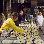 """На мезеПри предястията ливанската традиция е всичко да се сложи в средата на масата, а не в отделни чинии. На нашата вечеря трите вида предястие бяха разпределени индивидуално, но ако отидете в Ливан или на домашно """"гости"""", не се учудвайте от натрупването на много чинии за всички в средата. """"При нас най-важното са гостите"""", разказа Тереза. Според нея в това отношение, както и с културата да се стои """"на маса"""" и да се общува там, България и Ливан много си приличат."""