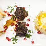 Може би най-познатото предястие от Ливан е хумус – паста от сварен нахут, подправена с тахан, лимонов сок, зехтин, сол и чесън.По-малко познати са пилешките дробчета – топло мезе със зехтин, сос от чесън и меласа от нар.Други традиционни хапки са лахм баажин, които се приготвят от кайма с лук и домати, изпечена в тесто като открити пликчета. Иначе в Ливан често се яде сурово месо, обясни Тереза.