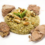 """В основното ястие телешкото беше поднесено с характерна за някои части на Близкия Изток зелена пшеница, наречена """"фрике"""". Фрикето е от южната част на Ливан и Тереза разказа, че е научила за него от своя приятелка, която е от този район.Телешкият джолан с леко опушената пшеница и запечени ядки вероятно е рецепта още от времената, когато Близкия Изток е бил символ на просвещение и научни открития, а може и още от библейската епоха.Зелената пшеница се изпича леко след обирането, което й придава слабо опушения вкус. Самите зърна са все още меки и вероятно климатични и исторически особености са станали причина да се използват преди да узреят напълно.Към основното ястие опитахме червено вино Selection okuzgouzu&boazkere 2011 от Източен Анадол."""