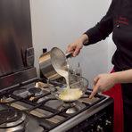 Направихме няколко вида ганаш за пълнеж на еклерите. Този е от бял шоколад, сметана и кафе.