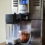 Как се приготвя:Сложих 20 гр. смляно какао в чашата, източих малко топла вода от машината и след това го разбърках добре. После натиснах бутона Капучино и мокачиното е готово. За декорация поръсих малко какао върху пяната.Може да се използва и черен шоколад на блокчета, но първо трябва да го стопите на водна баня, а това си е доста занимавка. Затова е по добре да се прави с шоколад на прах, но внимавайте да не вземете някой с много Е-та, пазара е пълен с такива.