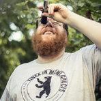 Даниел Майер измерва зрелостта на грозде от сорта Шпетбургундер с рефрактометър.Цялата статия може да прочетете тук.