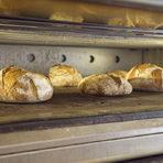 Един начин да разберете дали хлябът е готов е да почукате отдолу - ако бие на кухо, то значи е изпечен.
