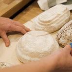 Нарязването на хляба преди да се вкара във фурната става най-лесно с бръснарско ножче или много остър нож. Всеки може да направи своя запазена марка на нарязване.