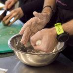 Важен момент при месенето на тестото е то да не минава през пръстите на ръката, а да се използва единствено дланта. По този начин се получава по-хомогенно тесто.