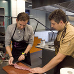 Започнахме обработката на месото като почистихме жилките и малкото сланина, която има по месото. Всички изрезки оставихме настрана, за да направим соса за основното ни ястие.