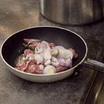 За да направим сос, използвахме жилките и остатъците от месото, добавихме остатъчен лук, малко мащерка и запържихме в зехтин на тиган до сготвяне на месото.