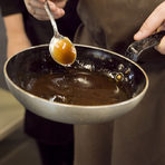 С цедка прецеждаме соса и го оставяме да изстине, защото след това ще добавим малко масло, за да го сгъстим. Ако е прекалено топло, маслото ще се пресече.