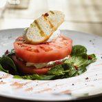 Салата | SaladПресен домат с мус от бяло сирене, див чесън, магданоз, бейби спанак и дренкиFresh tomato with white cheese mousse, wild garlic, parcely, baby spinach and cornels