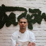 """Михаил Георгиев е на 25 години и работи като заместник главен готвач в ресторант """"Багри"""". Професионалният му път минава през ресторанти в Катар и САЩ, след което решава да се върне в България. Завършва висшето си образование във Варненски Университет по Мениджмънт и продължава да трупа професионален опит."""