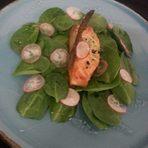 Неговата авторска рецепта е за глизирана сьомга със салата от спанак и прясна тиквичка.