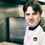 """Андрей Стоилов има зад гърба си над 22 години стаж, всичките в градски хотели. На 18, преди да влезе в казармата, половин година работи в ресторант """"Баварска къща"""", където по неговите думи има късмета да бъде управляван от готвач от Германия. Той му показва неща, които Андрей Стоилов помни и до днес: да броиш, да мериш точно, да бъдеш внимателен, прецизен, да пробваш. Следва кариера в четири софийски хотела: """"Амбасадор"""", """"Хилтън"""", """"Метрополитън"""" и """"Кемпински хотел Зографски"""". В момента Андрей Стоилов е главен готвач и F&B мениджър (мениджър """"Храни и напитки"""") на хотел """"Маринела"""" и """"Виктория груп ВМ"""". Стоилов е председател и на Българската асоциация на професионалните готвачи. Той също е и един от тримата членове на борда на журито в тазгодишното издание на конкурса.На церемонията """"Ресторант на годината Бакхус 2016 Acqua Panna & San Pellegrino"""" неговото ястие ще бъде посветено на вкуса и ще се казва """"Земя и вода""""."""