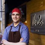 """Кирил Стоев е на 18 години и работи в ресторант """"Niko'las 0°/360°"""" при шеф Цветомир Николов. """"Готварството е професията, която много обичам и която искам да работя"""", споделя той. Занимава се с готвене от 5 години, а от 2 години професионално в ресторанти и участия в състезания."""