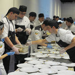 В кухнята зад сцената трескаво работиха и студентите от HRC Culinary Academy.