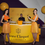Veuve ClicquotVeuve Clicquot носи радост и удоволствие на целия свят със своята иновативност, креативност и малка доза лудост.С аромат на бели плодове и стафиди, ванилия и прясно изпечен козунак, перфектен баланс и изключителна първоначална свежест и сила на вкуса, Veuve Clicquot Yellow Label е толкова разпознаваемо и харесвано от ценителите шампанско.