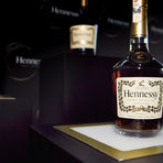 Hennessy Fine de CognacСъздаден през 2002 г. Hennessy Fine de Cognac е балансиран бленд, който съчетава коняци с отличителни фини флорални нотки и деликатни плодови аромати, запазени благодарение на внимателно отлежаване. Hennessy Fine de Cognac е конякът на Hennessy, който пресъздава най-добре естествената елегантност и чистота на коняка.Има светло-кехлибарен цвят и характерна кристална прозрачност. Ароматът му разкрива нотки на нуга и лешник. Вкусът е елегантен и мек, напомнящ леко на виенско кафе. Постепенно се разкриват и нотки на захаросани цитруси и бергамот, които преминават във фин, свеж послевкус.Изисканият цветен и плодов характер се запазва благодарение на бъчви, в които вече са отлежавали 4-5 вида коняк. Така се избягват излишни дъбови нотки или пикантност.Hennessy Fine de Cognac се разгръща по различен начин, в зависимост от това дали го консумирате с лед, с вода или чай, като коктейл или чист