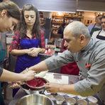 Когато са готови изливаме готовата малинова супа през цедка в купа. За да махнем семките и да постигнем максимално кремообразна консистенция е нужно да прецедим всичко чрез натискане с черпак.