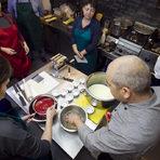 Вече са минали около 15 минути и желатинът е готов. Изцеждаме и го добавяме към сместта със сметаната. Разбъркваме и разсипваме във формите.