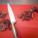 Почистеното месо нарязваме на кубчета.