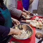 В една купа, смесваме семолата, яйцата и натуралното какао, след което започваме да месим с ръка, за да получим най-добър резултат.