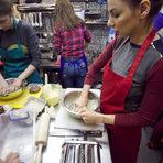 Месенето на това тесто не е лека работа и тя може да отнеме и около половин час.