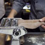 Домашните машинки за паста са лесно достъпни и се продават в много магазини в страната. Те могат да се използват за много видове прясна паста, включително талиателе, спагети и др. в зависимост коя приставка се използва.