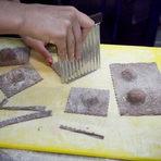 Изрязваме тестото или с обикновен или с къдрав нож. Вече нарязани, можем да замразим равиолите и да ги сготвим на по-късен етап.