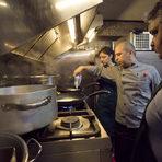 За да направим соса за равиолите са ни необходими само два продукта и няколко минути време. Както самият Румен каза - това е най-бързият сос. В загрят тиган слагаме течна сметана и фоа гра, които за по-малко от 3 минути и малко бъркане са готови.