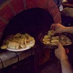 Завършваме и с четвъртото ястие, което ще поднесем първо - брускети с аспержи, пъдпъдичи яйца и черен трюфел.За целта използваме чабата, която нарязваме на тънки филийки (дебели около сантиметър) и слагаме във фурна, за да се изсушат добре. Курсистите ни имаха възможността да използват пещта на ресторанта.