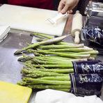 След това се заемаме с аспержите. За Румен добре приготвените аспержи в един ресторант са огледало за качеството на готвенето в кухнята. А за тяхната обработка има някои тънкости, които той подробно ни обясни.