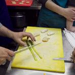 Аспрежтите срязваме на половина, след което отново по средата по дължина.