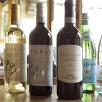 """Вината, които придружиха нашият обяд бяха предоставени от Винарска изба Едоардо Миролио. Имахме възможността да опитаме типичните за регион Пиемонте сортове Арнеис (бял) и Небиоло (червен), от който пък се правят три вида вино. Ние опитахме два от тях - чисто вино Небиоло и едно """"младо"""" вино Барбареско от 2012 г.Дегустационните води Acqua Panna & San Pellegrino бяха предоставени от Авенди ООД."""
