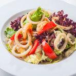 СалатаМикс от свежи зелени салати с черноморски дарове/скариди,калмари,миди/ и пикантен меден дресинг