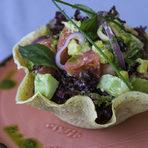 СалатаМикс от свежи салати с пресни миди, лук конфи, белен домат, краставици и копър сервирани в кошничка от маково семе с екзотичен дресинг от маракуя