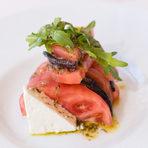 СалатаСалата с белени домати, грилован патладжан, краве сирене, ароматен билков дресинг
