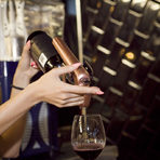 Теодора Александрова търговски представител на Коравин за България представи уникалната система за наливане на вина - практичен и достъпен уред, който ни позволява да си налеем вино на чаша, без да отваряме бутилката.