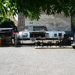 """Продължаваме кулинарната си обиколка, за да стигнем до камион на Street Chefs или така наречения food truck, този е достатъчно лъскав, за да удовлетвори градския претенциозен вкус. Паркиран е вече повече от година малко по-надолу по улицата на обособено за целта място, което наподобява паркинг и точно срещу 127-о училище. Бургерите са шест вида – """"шефски"""", хот дог с наденичка, бургер с телешко и свинско, gorgonzola burger с доматена салца, босилек, рукола, горгонзола и телешко, както и съвсем новият от таз седмица The Funky Burger за 9,90 лв. Могат да се поръчат в два размера: половинка и цял. За тези, на които им е писнало от бургери и все пак са застанали на пред камиона и се чудят какво да си поръчат, препоръчваме сочния свинския стеk Tomahawk steak (за 13,90 лв). Напитките включват бира, вино и безалкохолни. Правят и доставки.Street Chefs, ул. Парчевич 58"""