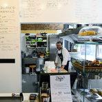 """Със смела стъпка напред и след още едно прекосяване на улицата се озоваваме на Ангел Кънчев N 20 – там, където преди се помещаваше Uvo за сандвичи и бургери, от почти година се е превърнало в """"Даро"""" и е със съвсем друга концепция. Собственикът Дарин Стойков, който идва от ресторант """"Преди десет"""" приготвя на място закуски, сладкиши и домашни лимонади и винаги има туист, например шунката с кафе. Чийзкейкът (2,10 лв) му със сладко от кайсии е ненадминат – """"сварих сладкото, защото на съседния плод зеленчук им докараха много добра партида"""". Тук няма постоянно меню, но пък има така наречените постоянни позиции: сандвичът с червено месо в момента е с шунка с кафе, маринована свинска плешка с мляно кафе, кафява захар и сол. Кишът всеки ден е различен (4 лв), днес е с карамелизиран лук и сирене, друг път е с лапад, зависи от сезона. Дори киселото мляко за айрана е квасено тук на място.""""Даро"""", ул. Ангел Кънчев 20"""