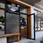 """Улицата нямаше да си е заслужила титлата """"кулинарна"""", ако нямаше азиатска кухня. Asian Hot Spot е съвсем ново заведение, което отвори врати само преди седмица. В него се предлага корейска, японска, тайландска и виетнамска храна, което включва и неизменното суши. Всъщност мястото e част от верига, която до скоро беше известна като Sushi Express, съществува от шест години и има още три ресторанта, но във всeки от тях има индивидуално и различно """"меню на шеф готвача"""". Работното им време е от 11:30 до 22:00 ч.Asian Hot Spot, ул. Ангел Кънчев 35"""
