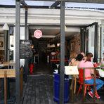 """Срещу него е Tabla. Ресторантът предлага авторско меню, микс от европейска и средиземноморска кухня.""""Табла"""". ул. Ангел Кънчев 11"""